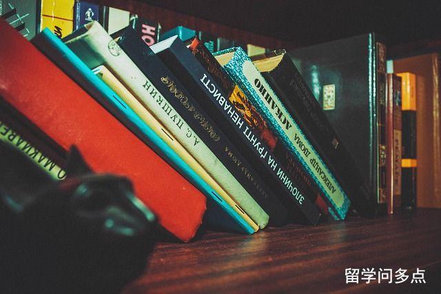 bookcase-1867460_640.jpg
