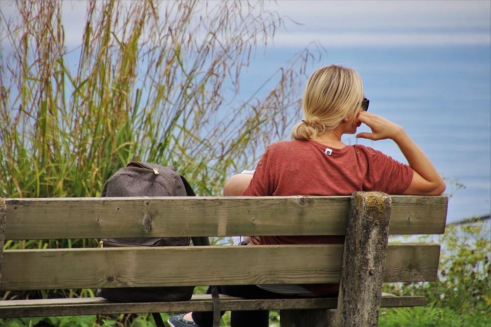女性独坐.jpg