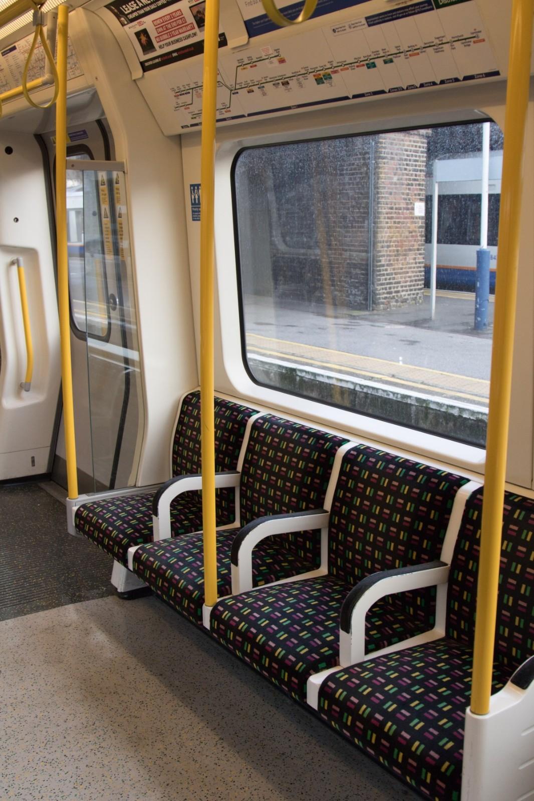 英国地铁座位.jpg