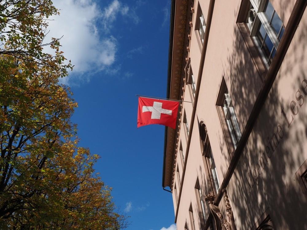 瑞士仰望天空国旗.jpg