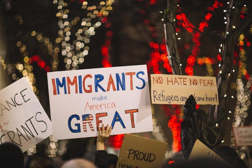 美国移民举牌.jpg