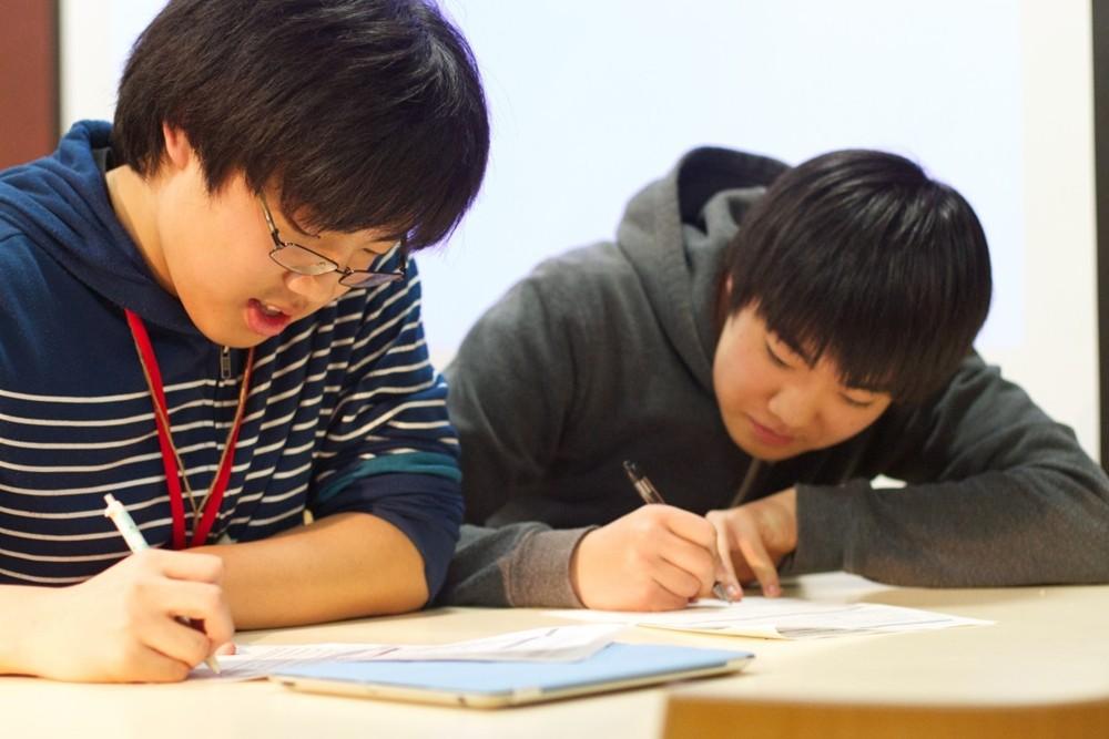 学生写作业.jpg