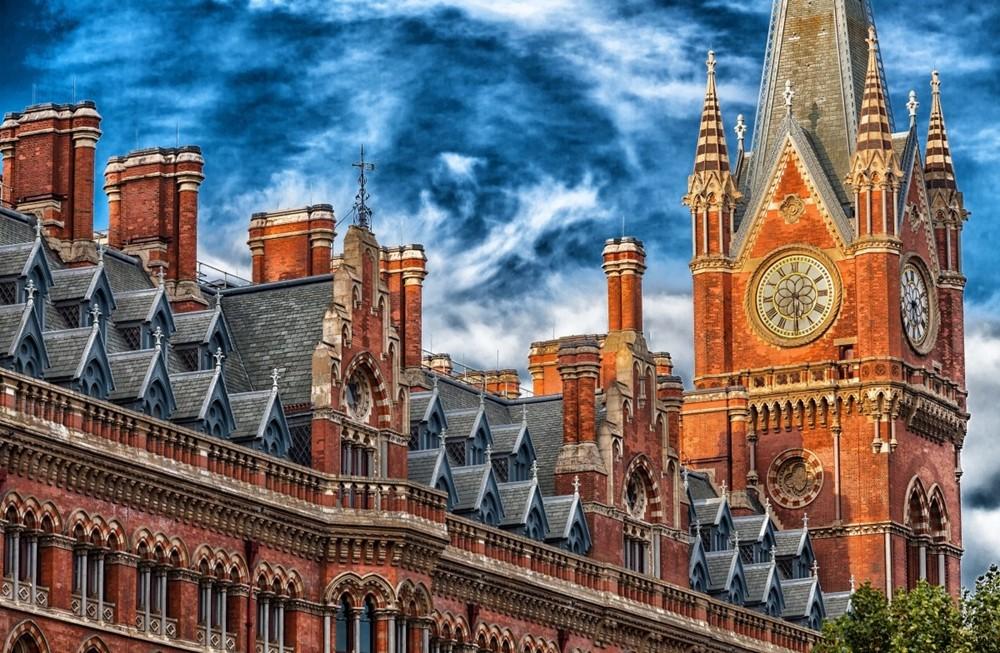 英国教堂钟楼.jpg