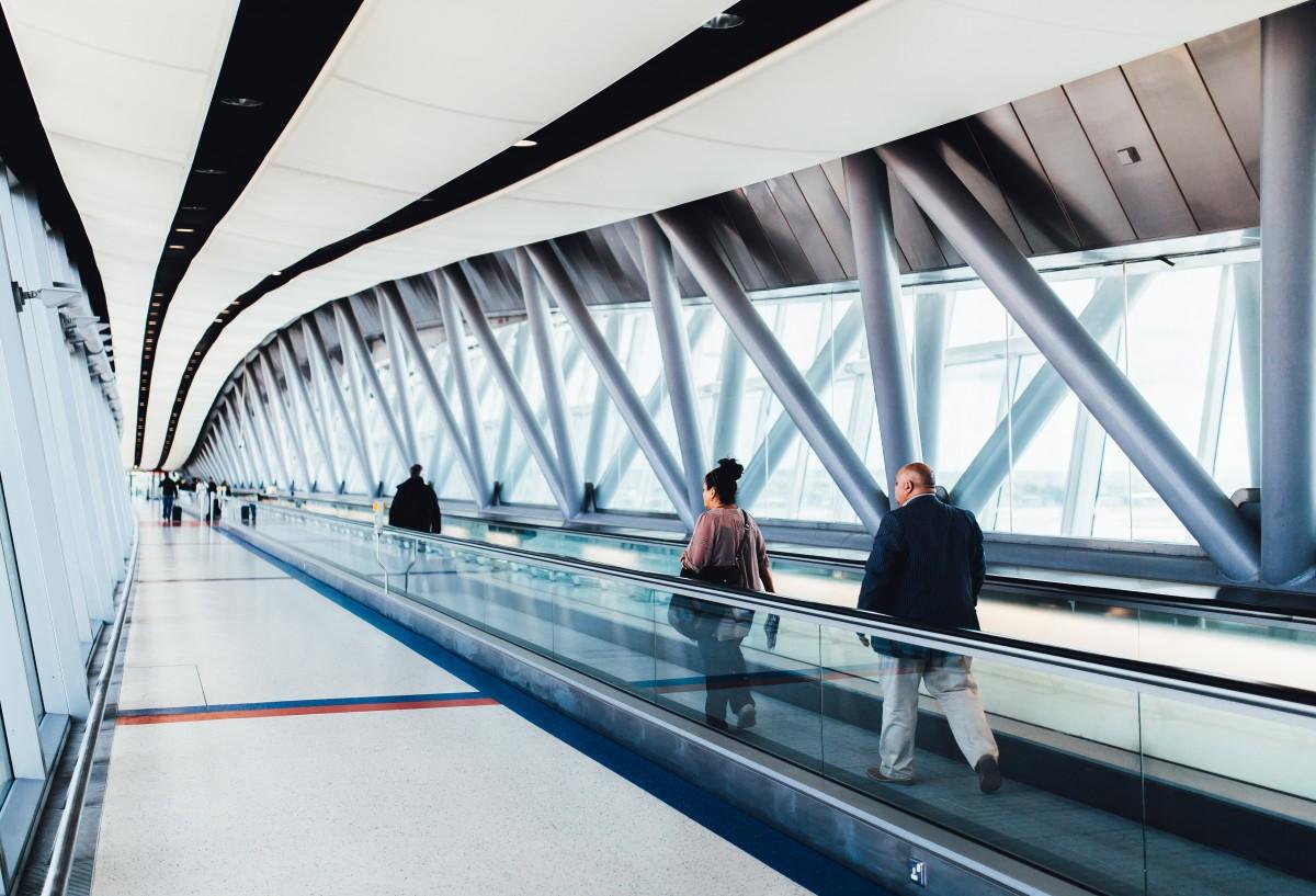 机场电梯带.png