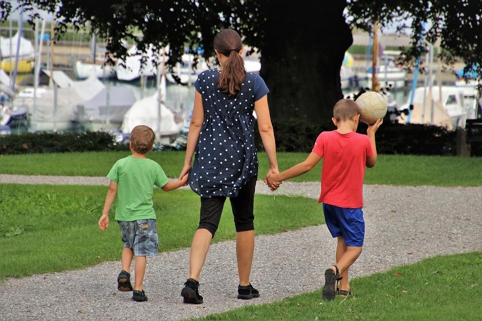 母亲带孩子游玩.jpg