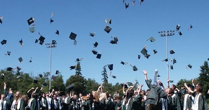 毕业很多人甩帽子.jpg